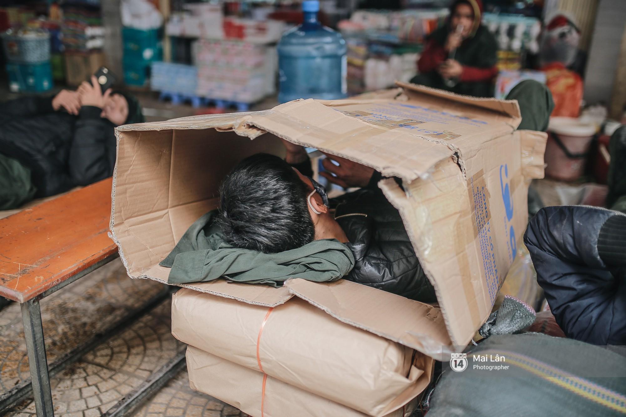 Chùm ảnh: Hà Nội giá rét 10 độ, một chiếc thùng carton hay manh áo mưa cũng khiến người lao động nghèo ấm hơn - Ảnh 14.