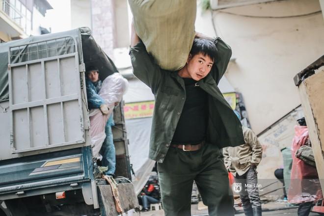 Chùm ảnh: Hà Nội giá rét 10 độ, một chiếc thùng carton hay manh áo mưa cũng khiến người lao động nghèo ấm hơn - Ảnh 7.