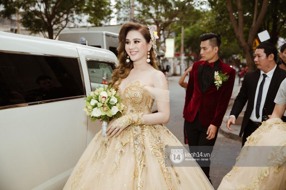 Dàn siêu xe phục vụ cho tiệc cưới của Lâm Khánh Chi và hôn phu kém 8 tuổi - Ảnh 9.