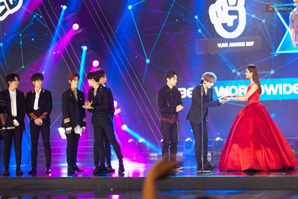 Cập nhật: GOT7 đem tới loạt hit siêu hot Never Ever, If You Do, Noo Phước Thịnh rước cả Hoa hậu Phạm Hương lên biểu diễn - Ảnh 41.