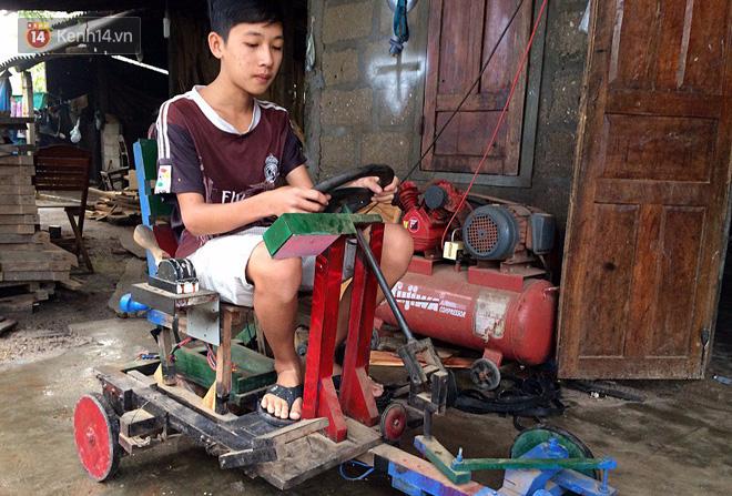 Nam sinh lớp 9 chế tạo ô tô điện từ gỗ và phế liệu để chở các em nhỏ đi học - Ảnh 3.