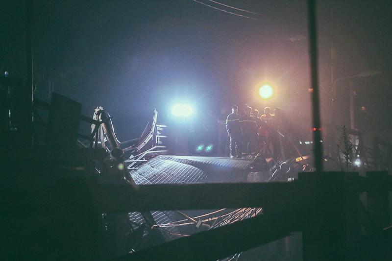 Quanh vị trí cầu sập, đèn công suất lớn được thắp để lực lượng cứu hộ rà soát từng vị trí nghi vấn.