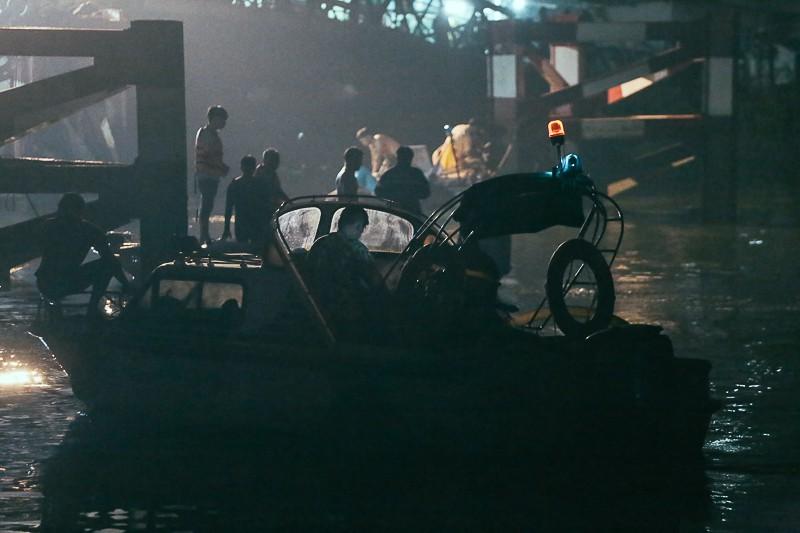 Ca nô của Cảnh sát đường thuỷ liên tục đảo quanh hiện trường, soi đèn khảo sát mặt nước khu vực cầu sập.