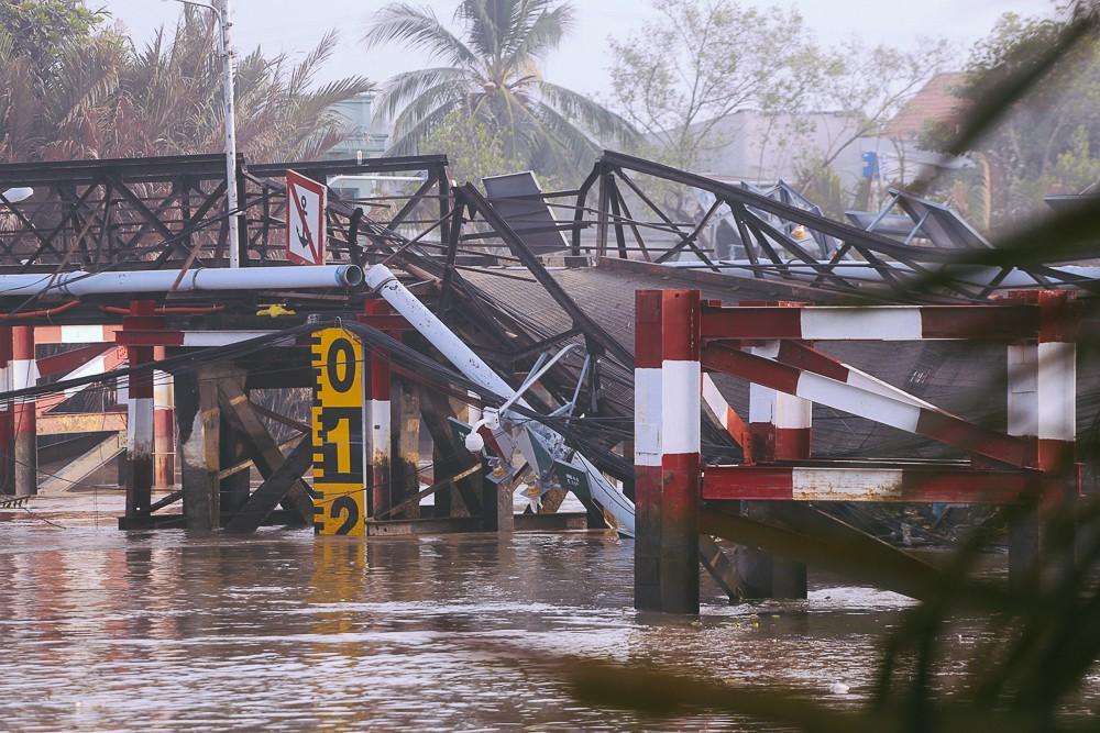 Cận cảnh hiện trường kinh hoàng sập cầu Long Kiển ở Sài Gòn, chưa thể vớt ô tô tải rơi xuống sông - Ảnh 9.