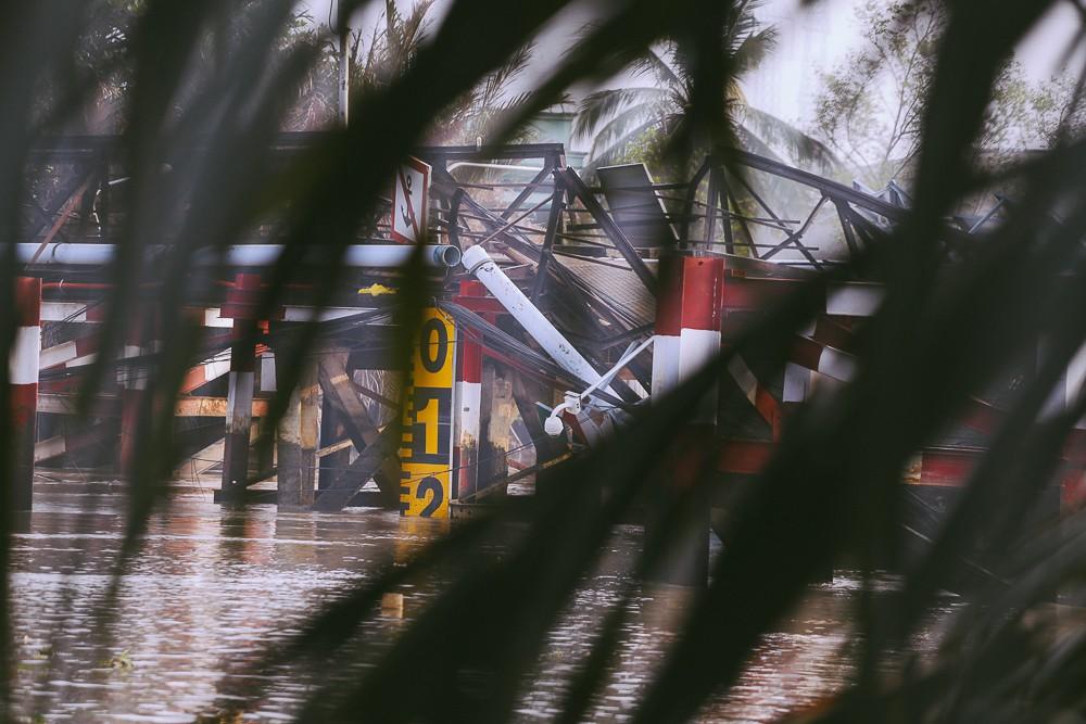 Cận cảnh hiện trường kinh hoàng sập cầu Long Kiển ở Sài Gòn, chưa thể vớt ô tô tải rơi xuống sông - Ảnh 8.