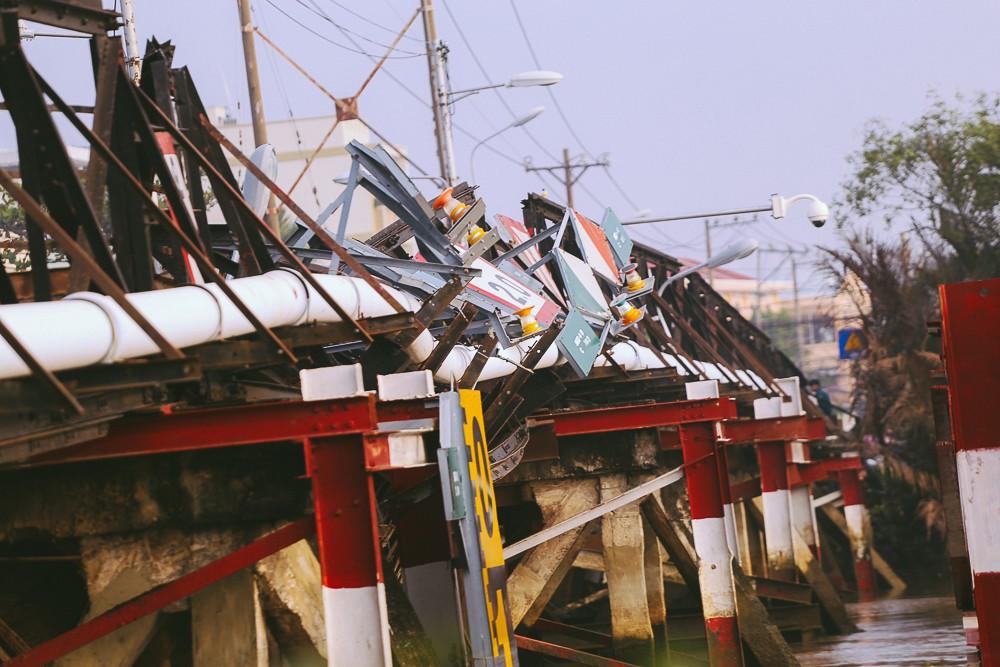 Cận cảnh hiện trường kinh hoàng sập cầu Long Kiển ở Sài Gòn, chưa thể vớt ô tô tải rơi xuống sông - Ảnh 6.