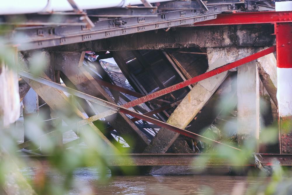 Cận cảnh hiện trường kinh hoàng sập cầu Long Kiển ở Sài Gòn, chưa thể vớt ô tô tải rơi xuống sông - Ảnh 7.