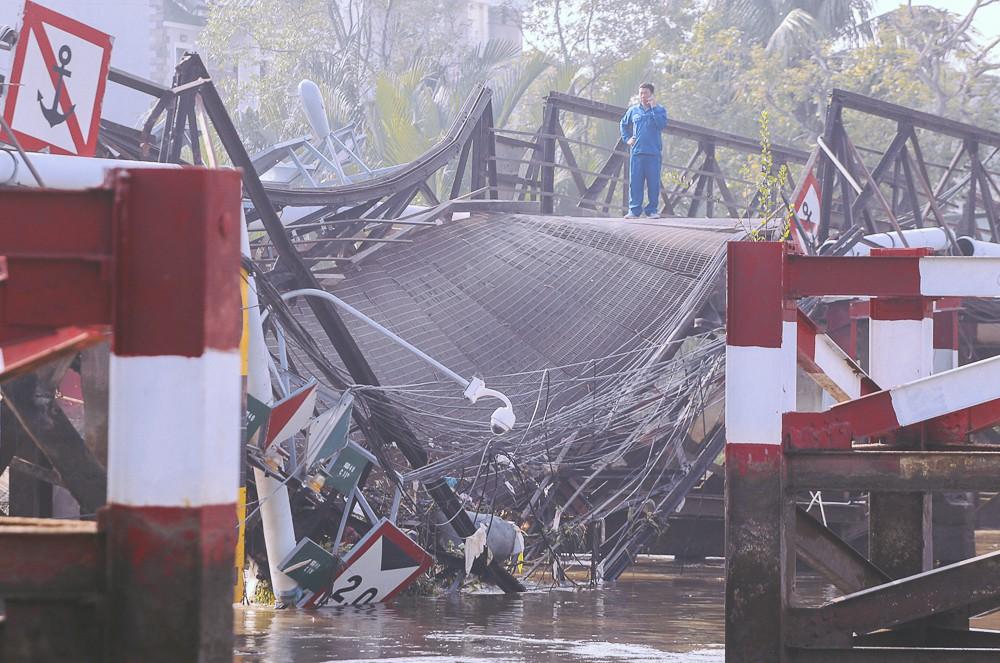 Cận cảnh hiện trường kinh hoàng sập cầu Long Kiển ở Sài Gòn, chưa thể vớt ô tô tải rơi xuống sông - Ảnh 11.