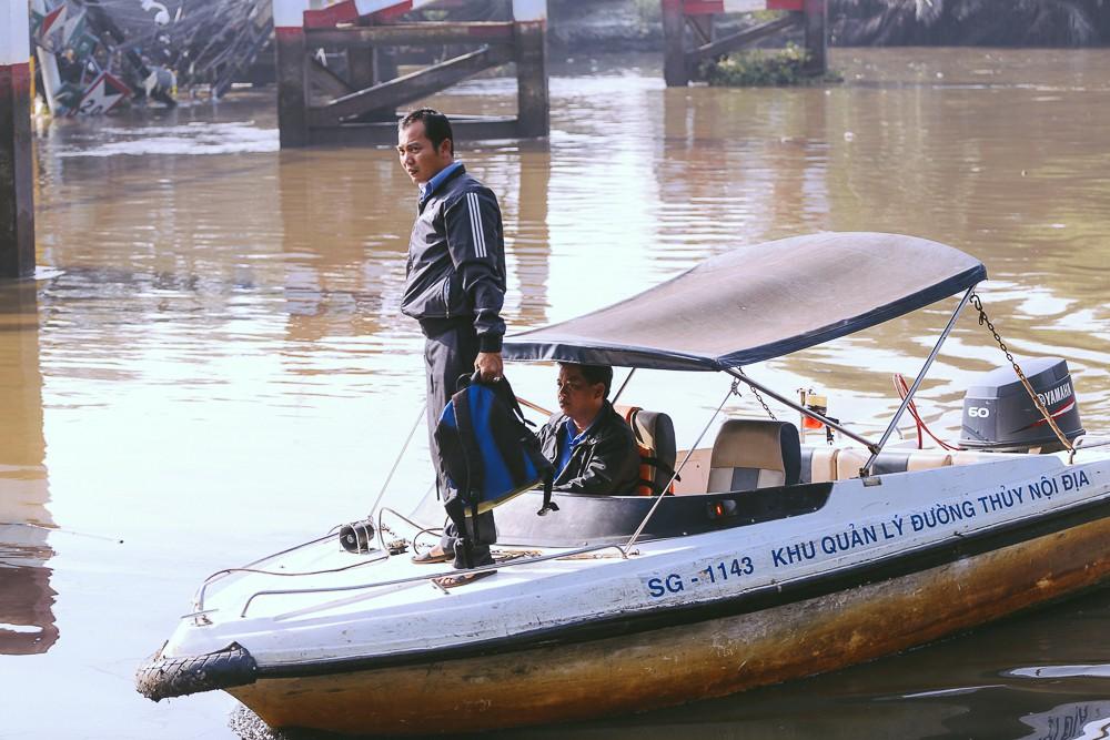 Cận cảnh hiện trường kinh hoàng sập cầu Long Kiển ở Sài Gòn, chưa thể vớt ô tô tải rơi xuống sông - Ảnh 4.