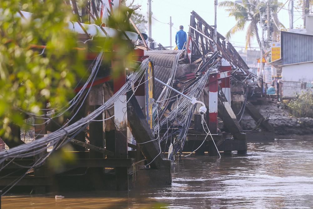 Cận cảnh hiện trường kinh hoàng sập cầu Long Kiển ở Sài Gòn, chưa thể vớt ô tô tải rơi xuống sông - Ảnh 10.