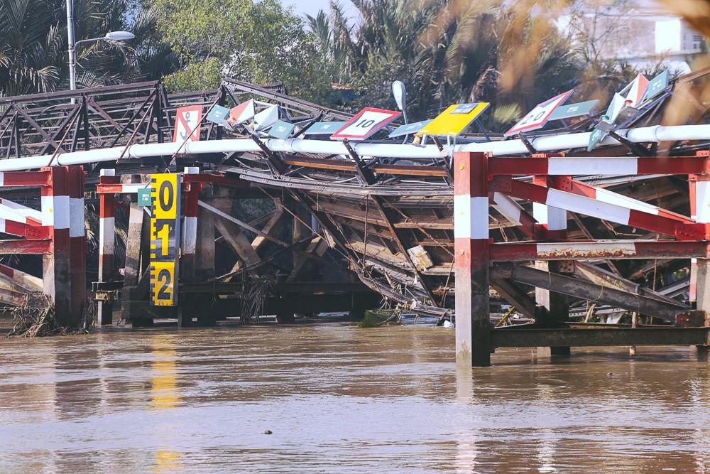 Cận cảnh hiện trường kinh hoàng sập cầu Long Kiển ở Sài Gòn, chưa thể vớt ô tô tải rơi xuống sông - Ảnh 5.
