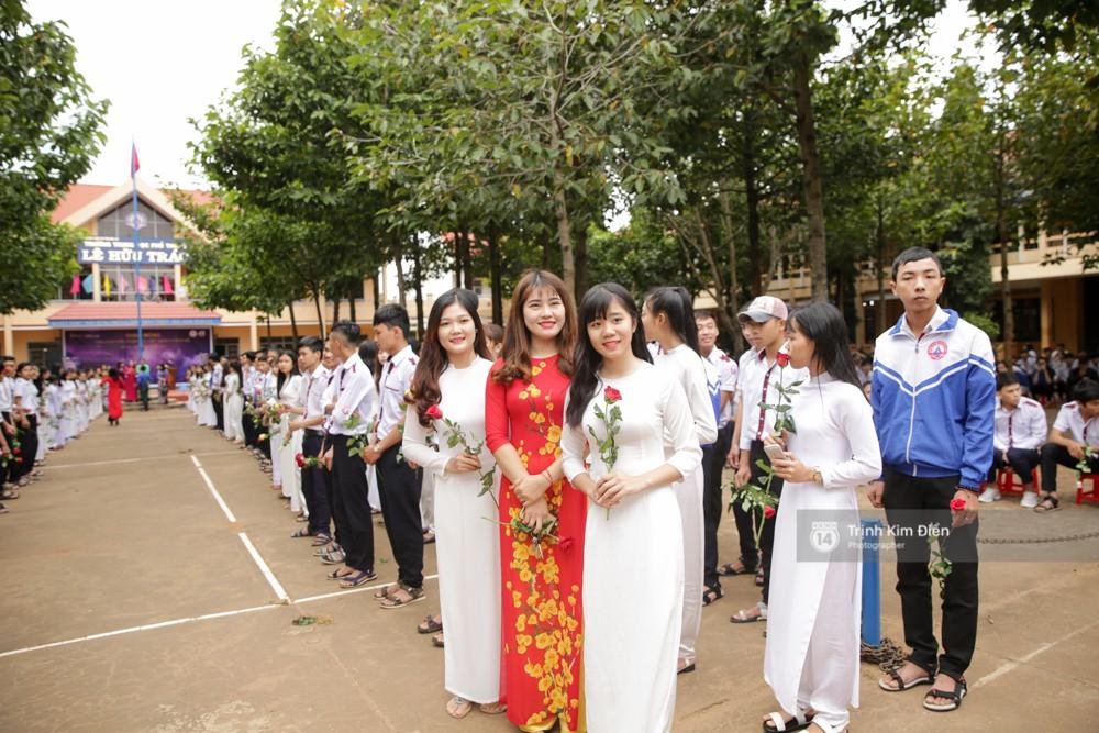 Clip: HHen Niê về trường, lên sân khấu nhún nhảy theo tiết mục cây nhà lá vườn của các thầy cô cực đáng yêu - Ảnh 10.