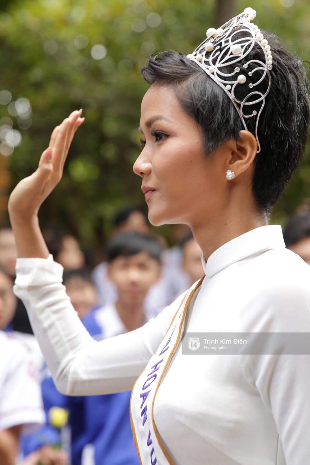 Clip: HHen Niê về trường, lên sân khấu nhún nhảy theo tiết mục cây nhà lá vườn của các thầy cô cực đáng yêu - Ảnh 20.