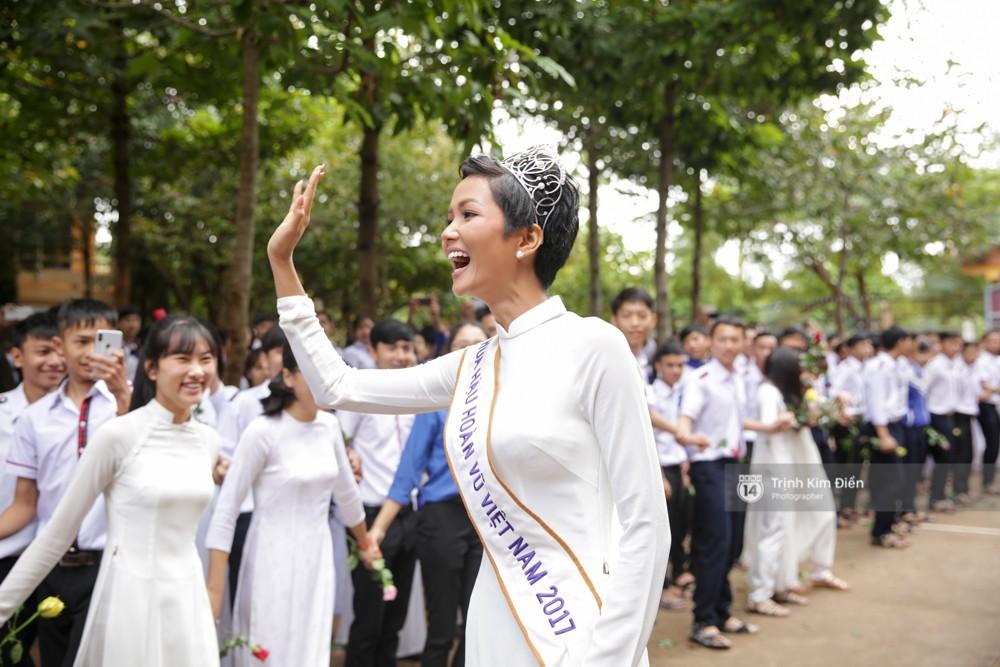 Clip: HHen Niê về trường, lên sân khấu nhún nhảy theo tiết mục cây nhà lá vườn của các thầy cô cực đáng yêu - Ảnh 21.