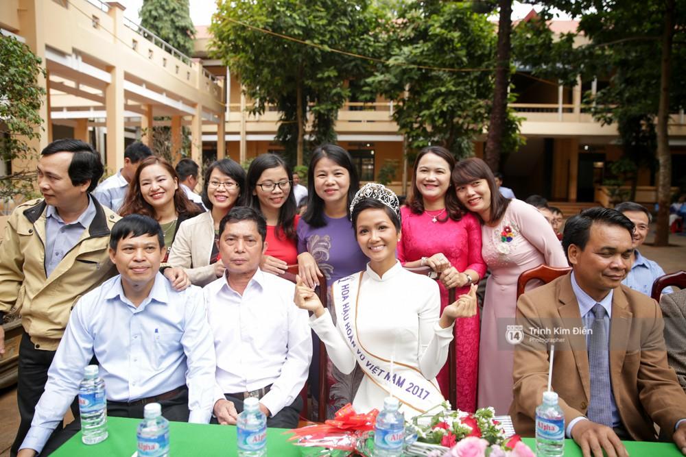 Các thầy cô hào hứng đón chào cựu học sinh trở về trường.
