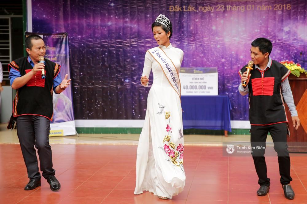 Clip: HHen Niê về trường, lên sân khấu nhún nhảy theo tiết mục cây nhà lá vườn của các thầy cô cực đáng yêu - Ảnh 2.