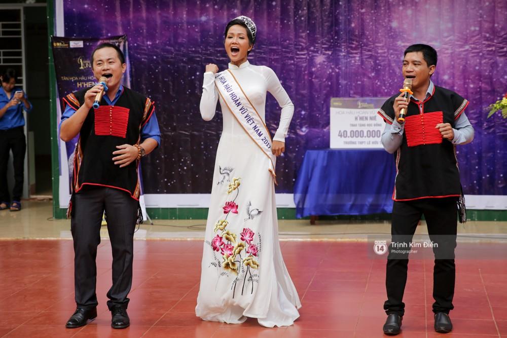 Clip: HHen Niê về trường, lên sân khấu nhún nhảy theo tiết mục cây nhà lá vườn của các thầy cô cực đáng yêu - Ảnh 6.
