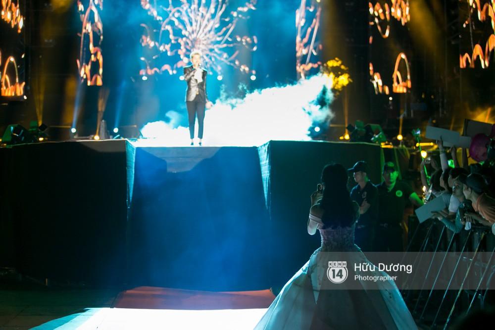 Hòa Minzy mặc đầm cồng kềnh vẫn chịu khó cổ vũ Đức Phúc như fan cuồng - Ảnh 2.