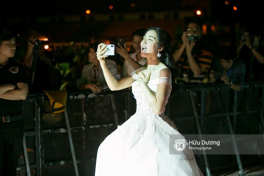 Hòa Minzy mặc đầm cồng kềnh vẫn chịu khó cổ vũ Đức Phúc như fan cuồng - Ảnh 3.