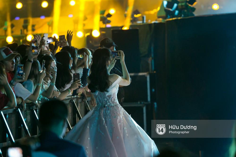 Hòa Minzy mặc đầm cồng kềnh vẫn chịu khó cổ vũ Đức Phúc như fan cuồng - Ảnh 5.