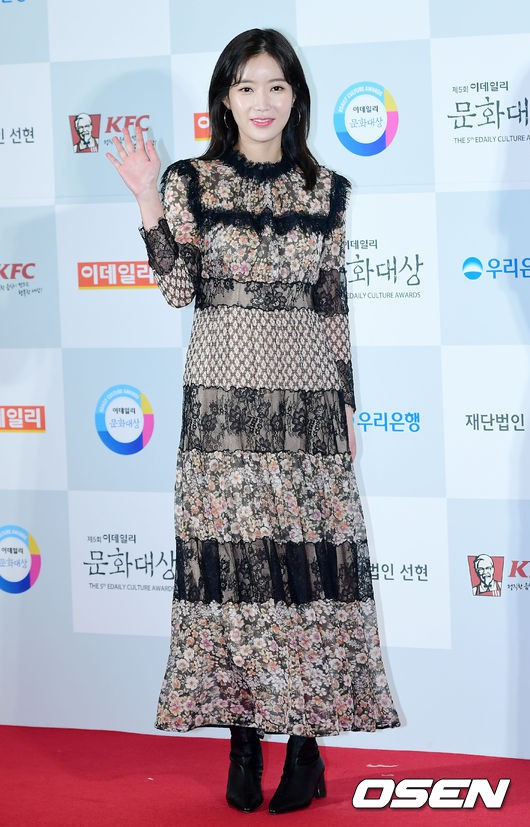 Minh Hằng tự tin diện áo dài, mỹ nhân U30 chiếm hết spotlight vì đẹp như nữ thần bên Wanna One trên thảm đỏ sự kiện tại Hàn - Ảnh 31.