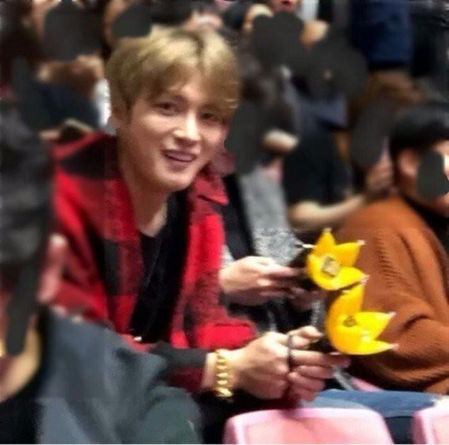 Tài tử Jung Woo Sung, Sulli, Jaejoong cùng loạt sao Hàn đình đám gây sốt khi rủ nhau đi xem concert Big Bang - Ảnh 1.