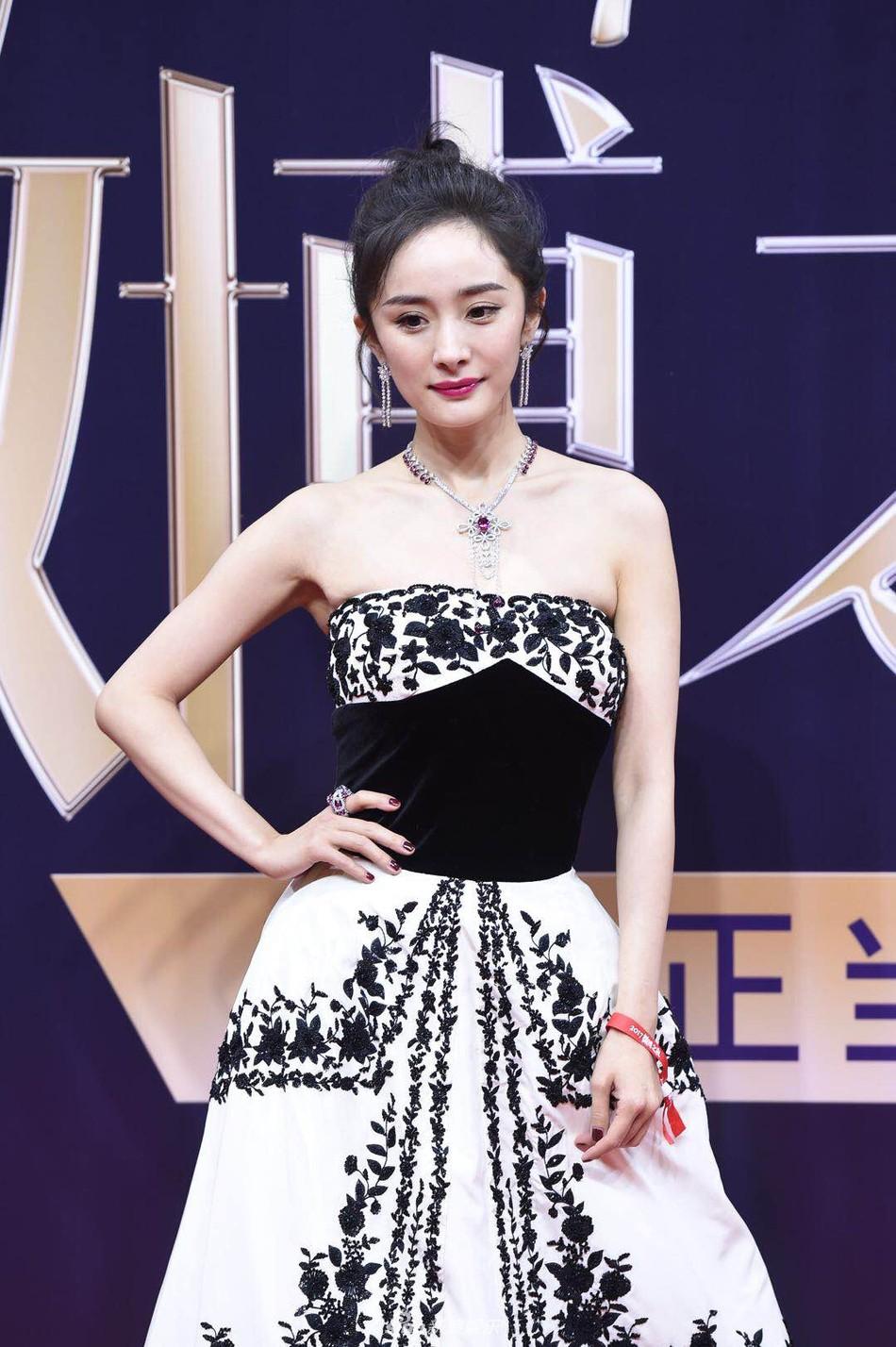 Thảm đỏ Weibo: Angela Baby xuống sắc không phanh, Dương Mịch - Na Trát cùng dàn mỹ nhân cạnh tranh nhan sắc khốc liệt - Ảnh 11.
