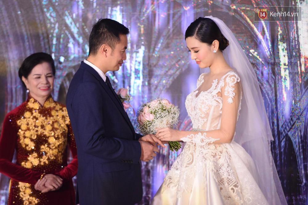 Ngọc Duyên cực xinh đẹp, hạnh phúc sánh đôi bên ông xã hơn 18 tuổi trong tiệc cưới xa hoa tại Hà Nội - Ảnh 9.