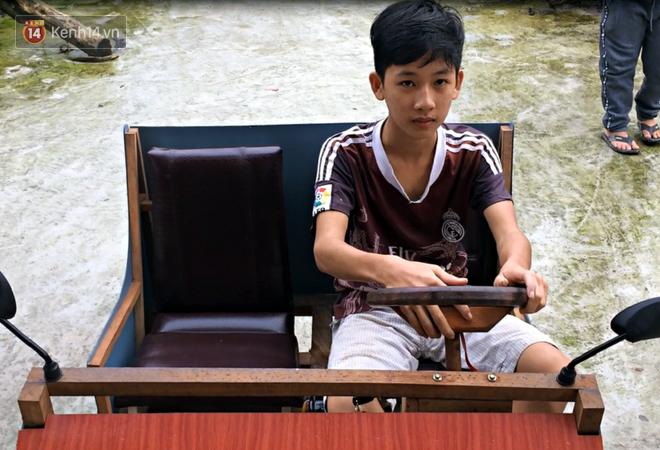 Nam sinh lớp 9 chế tạo ô tô điện từ gỗ và phế liệu để chở các em nhỏ đi học - Ảnh 9.