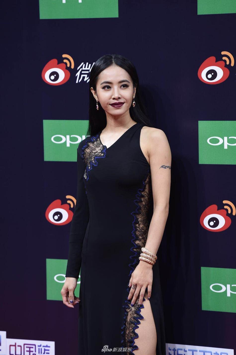 Thảm đỏ Weibo: Angela Baby xuống sắc không phanh, Dương Mịch - Na Trát cùng dàn mỹ nhân cạnh tranh nhan sắc khốc liệt - Ảnh 23.