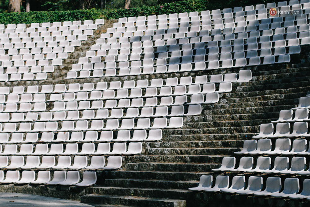 Giới trẻ xôn xao trước thông tin khu khán đài với dãy ghế trắng ở Nhà thiếu nhi Đà Lạt đã bị đóng cửa - Ảnh 2.