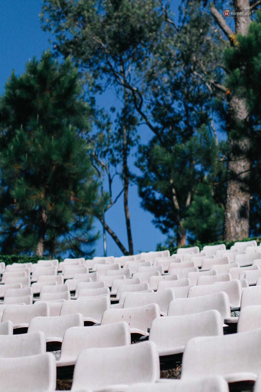 Giới trẻ xôn xao trước thông tin khu khán đài với dãy ghế trắng ở Nhà thiếu nhi Đà Lạt đã bị đóng cửa - Ảnh 3.