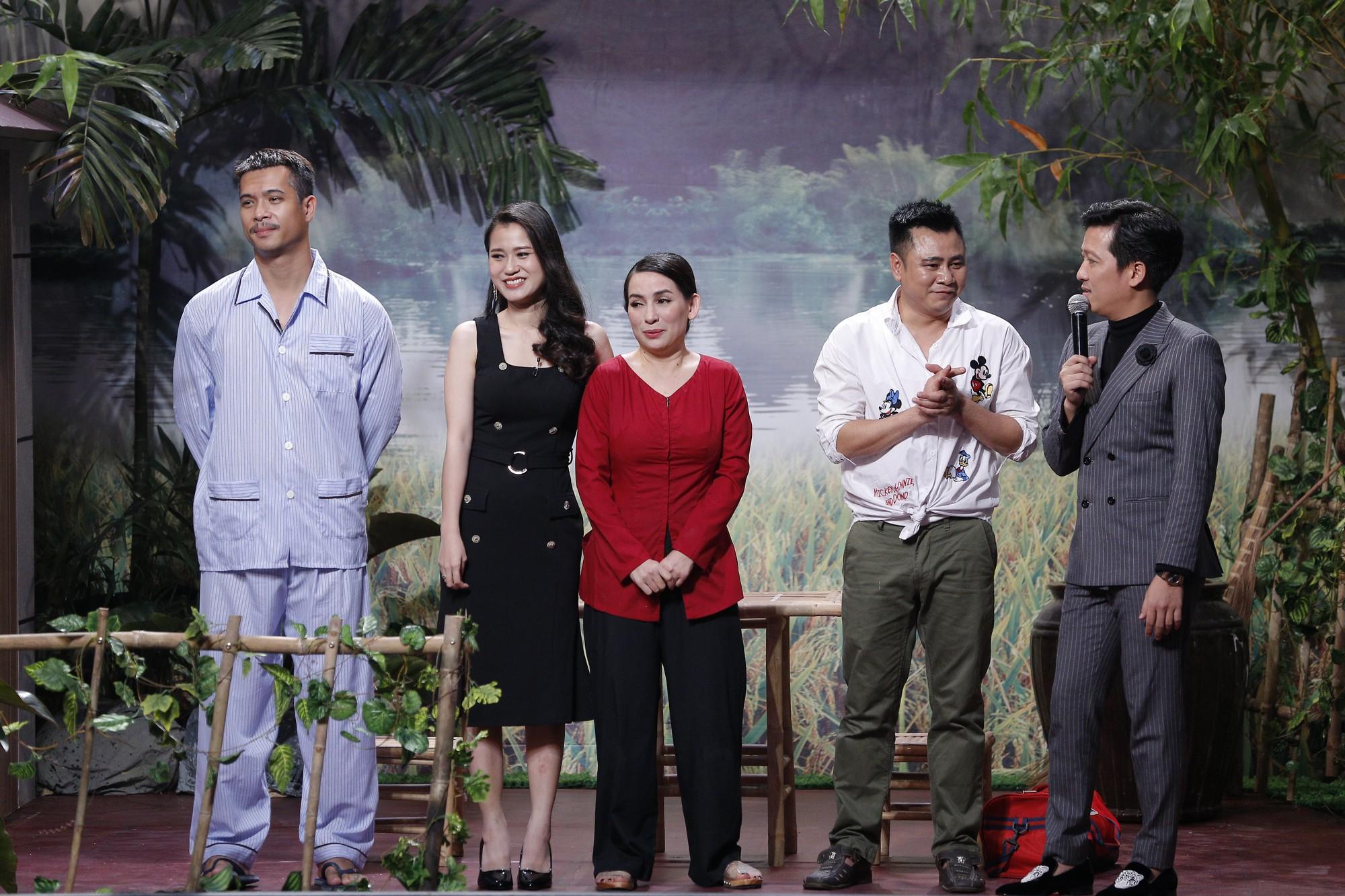 Hoài Linh hốt hoảng chạy lên sân khấu, dọa đánh Phi Nhung vì sợ lộ nhiều bí mật động trời - Ảnh 2.