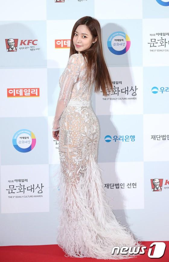 Minh Hằng tự tin diện áo dài, mỹ nhân U30 chiếm hết spotlight vì đẹp như nữ thần bên Wanna One trên thảm đỏ sự kiện tại Hàn - Ảnh 13.