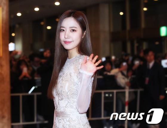 Minh Hằng tự tin diện áo dài, mỹ nhân U30 chiếm hết spotlight vì đẹp như nữ thần bên Wanna One trên thảm đỏ sự kiện tại Hàn - Ảnh 11.