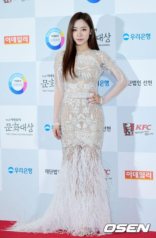 Minh Hằng tự tin diện áo dài, mỹ nhân U30 chiếm hết spotlight vì đẹp như nữ thần bên Wanna One trên thảm đỏ sự kiện tại Hàn - Ảnh 12.