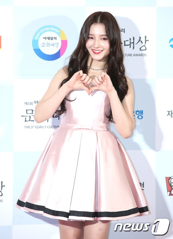 Minh Hằng tự tin diện áo dài, mỹ nhân U30 chiếm hết spotlight vì đẹp như nữ thần bên Wanna One trên thảm đỏ sự kiện tại Hàn - Ảnh 9.