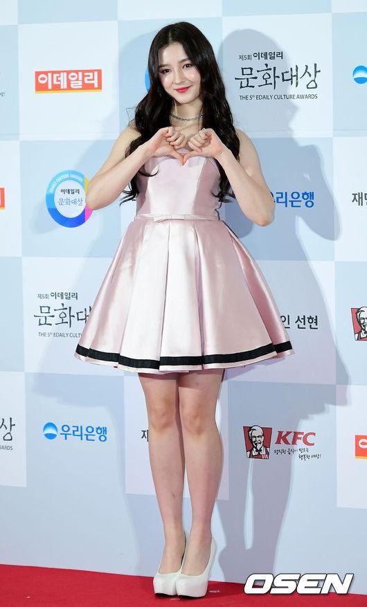 Minh Hằng tự tin diện áo dài, mỹ nhân U30 chiếm hết spotlight vì đẹp như nữ thần bên Wanna One trên thảm đỏ sự kiện tại Hàn - Ảnh 8.