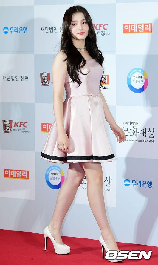 Minh Hằng tự tin diện áo dài, mỹ nhân U30 chiếm hết spotlight vì đẹp như nữ thần bên Wanna One trên thảm đỏ sự kiện tại Hàn - Ảnh 7.