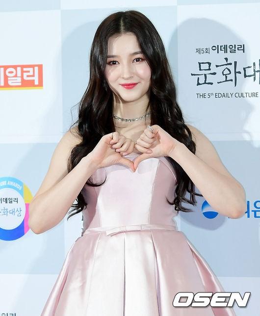 Minh Hằng tự tin diện áo dài, mỹ nhân U30 chiếm hết spotlight vì đẹp như nữ thần bên Wanna One trên thảm đỏ sự kiện tại Hàn - Ảnh 10.