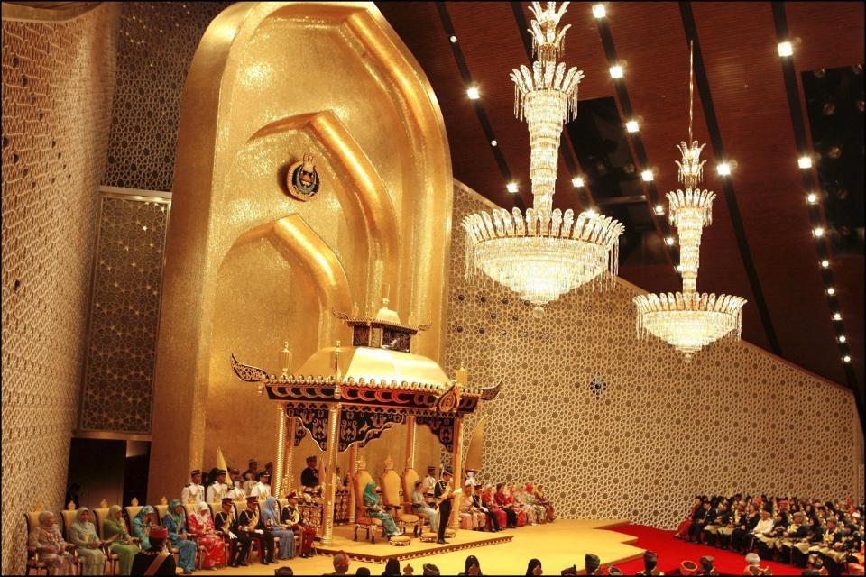 Hoàng tử Brunei, cầu thủ giàu nhất thế giới bóng đá - Ảnh 2.