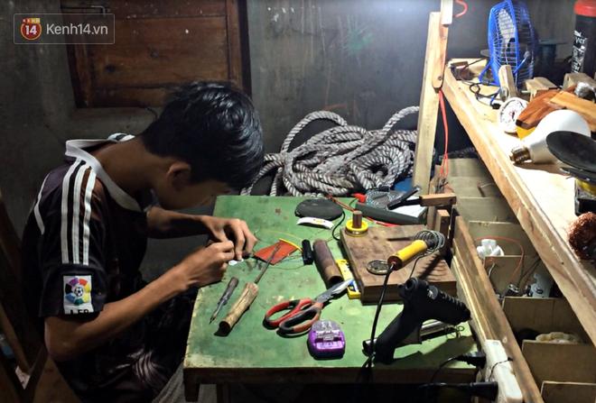 Nam sinh lớp 9 chế tạo ô tô điện từ gỗ và phế liệu để chở các em nhỏ đi học - Ảnh 8.