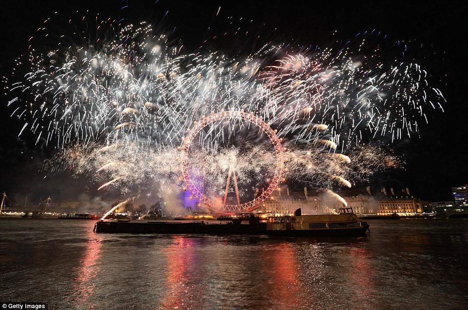 Chùm ảnh: Năm mới 2018 hân hoan trên toàn châu Âu, bầu trời London, Paris ngập tràn pháo hoa rực rỡ - Ảnh 2.