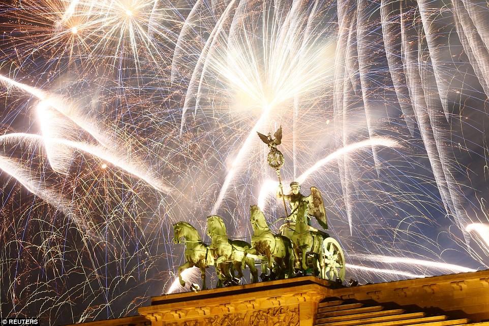 Chùm ảnh: Năm mới 2018 hân hoan trên toàn châu Âu, bầu trời London, Paris ngập tràn pháo hoa rực rỡ - Ảnh 21.