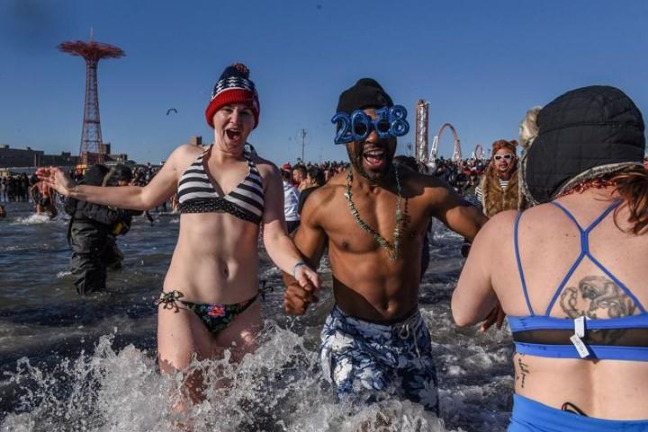 Ảnh: Màn tắm nước lạnh rùng người đầu năm mới ở hàng loạt nước Âu-Mỹ - Ảnh 2.