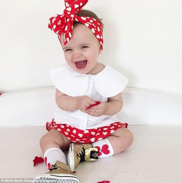 Cuộc sống xa xỉ của bé gái đẹp tựa thiên thần với tủ đồ hiệu mà mọi người lớn phải mơ ước - Ảnh 2.