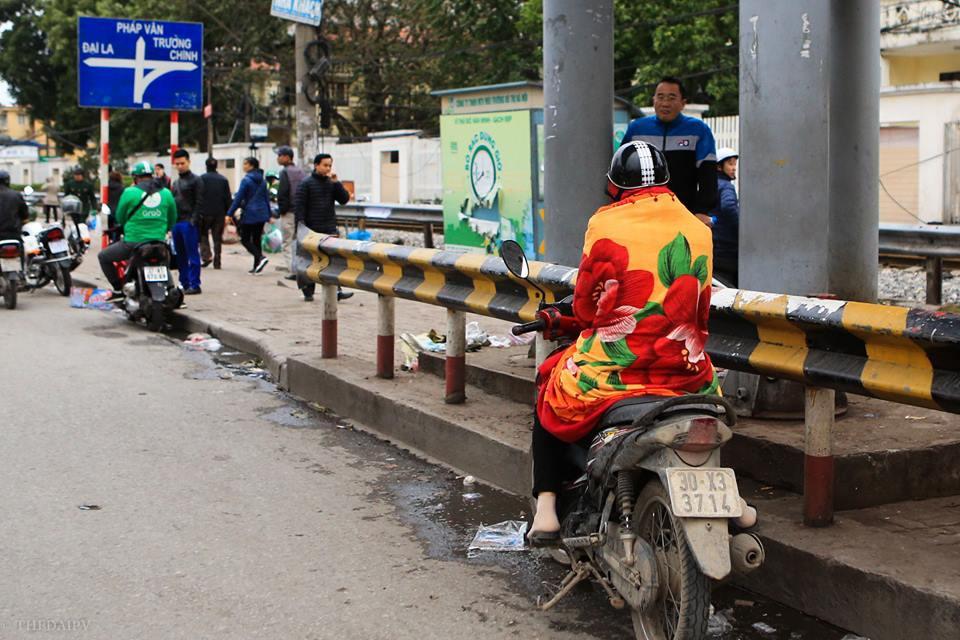 Chùm ảnh: Người dân Hà Nội khoác cả chăn bông, mặc áo mưa xuống phố để tránh rét - Ảnh 1.