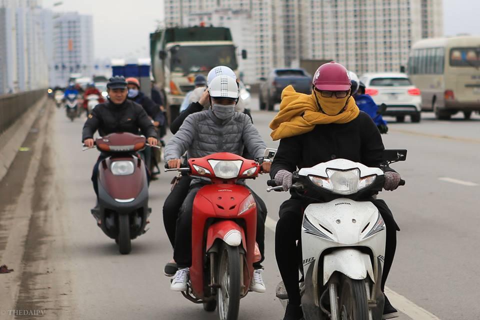 Chùm ảnh: Người dân Hà Nội khoác cả chăn bông, mặc áo mưa xuống phố để tránh rét - Ảnh 2.