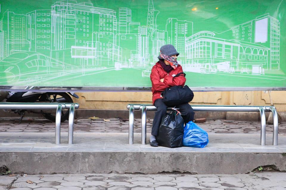 Chùm ảnh: Người dân Hà Nội khoác cả chăn bông, mặc áo mưa xuống phố để tránh rét - Ảnh 9.