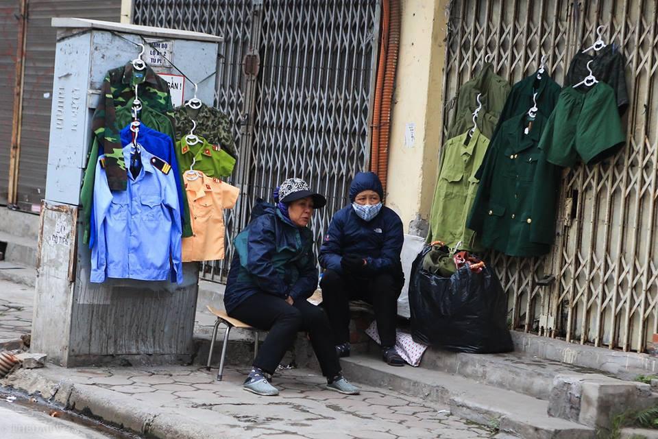 Chùm ảnh: Người dân Hà Nội khoác cả chăn bông, mặc áo mưa xuống phố để tránh rét - Ảnh 11.